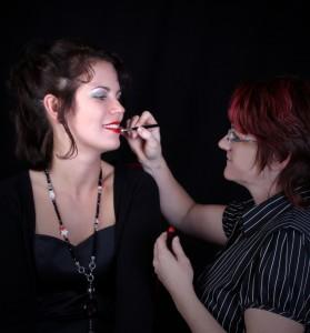 Make-Up Artist für ein Foto-Shooting